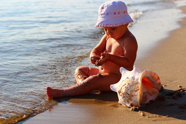 protegiendo al bebé en la playa matronastur