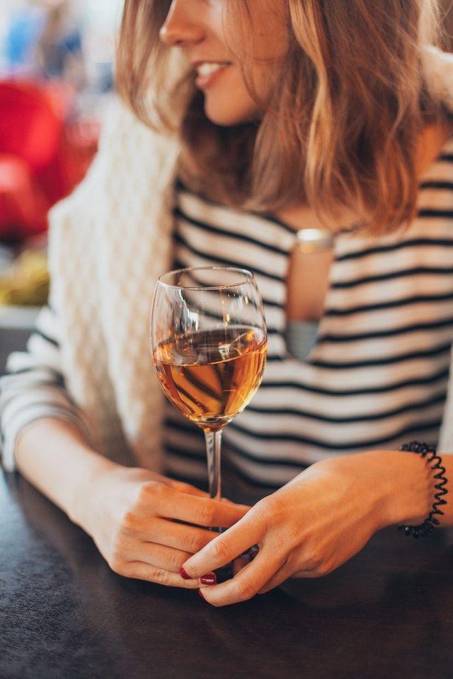 copa de vino y dar el pecho